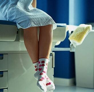 Женщина на больничной кушетке и возможность последствий
