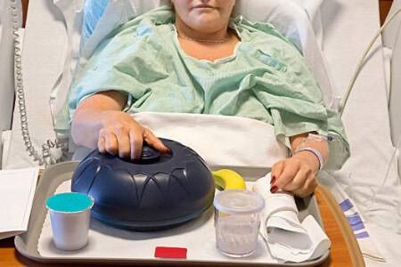 Пациентка питается в больничной палате