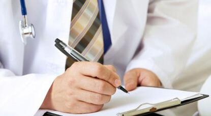 Врач дает рекомендации по поддержанию здоровья