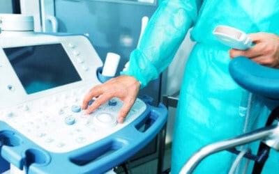 Специалист нажимает кнопку на аппарате диагностики