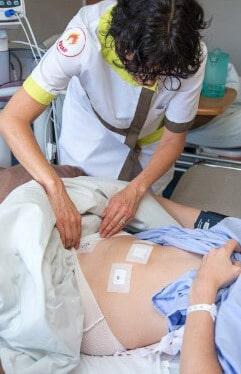 Медсестра заклеивает проколы